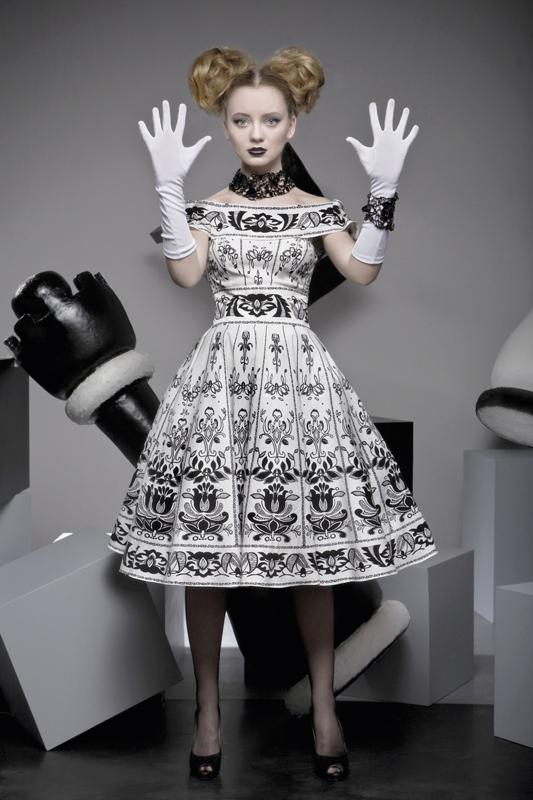 черно-белое платье в стиле 50-х