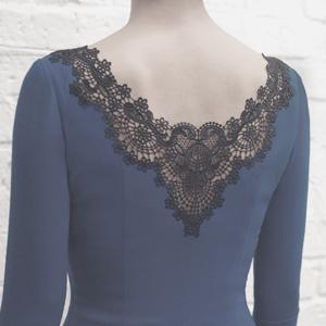 Платье футляр из шерсти с рисунком и кружевами.