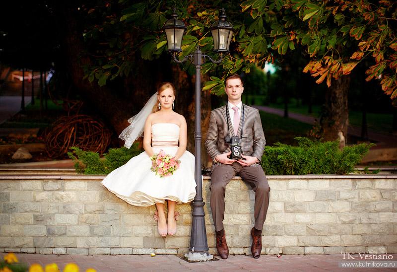 Свадебное платье в стиле 50-х годов, чудесные туфли в тон платью и веселая пара :) Смотрим очаровательный фотосет