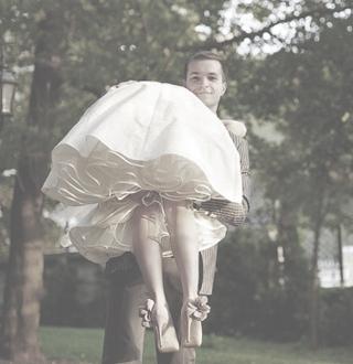 Свадебное платье в стиле new-look с розовыми аксессуарами