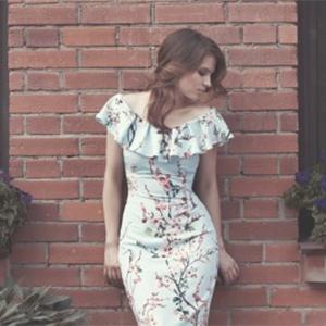 Фотосессия коллекции  платьев с цветочным принтом.