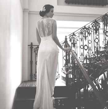 Кружевное свадебное платье с вырезом на спине и шлейфом.